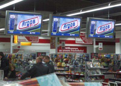 Aufforstaktion – Digital Displays im Kassenbereich eines Supermarkts